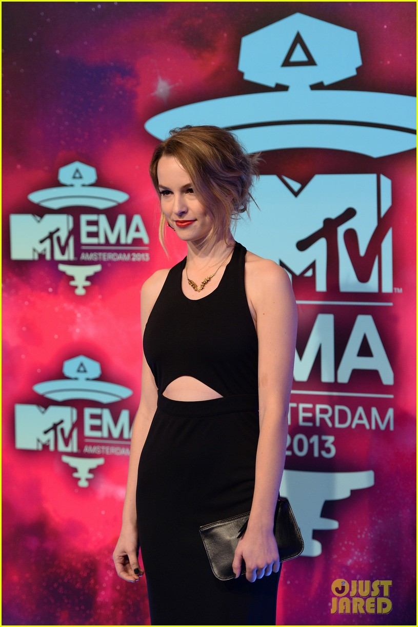ariana grande bridgit mendler mtv ema 2013 red carpet 08