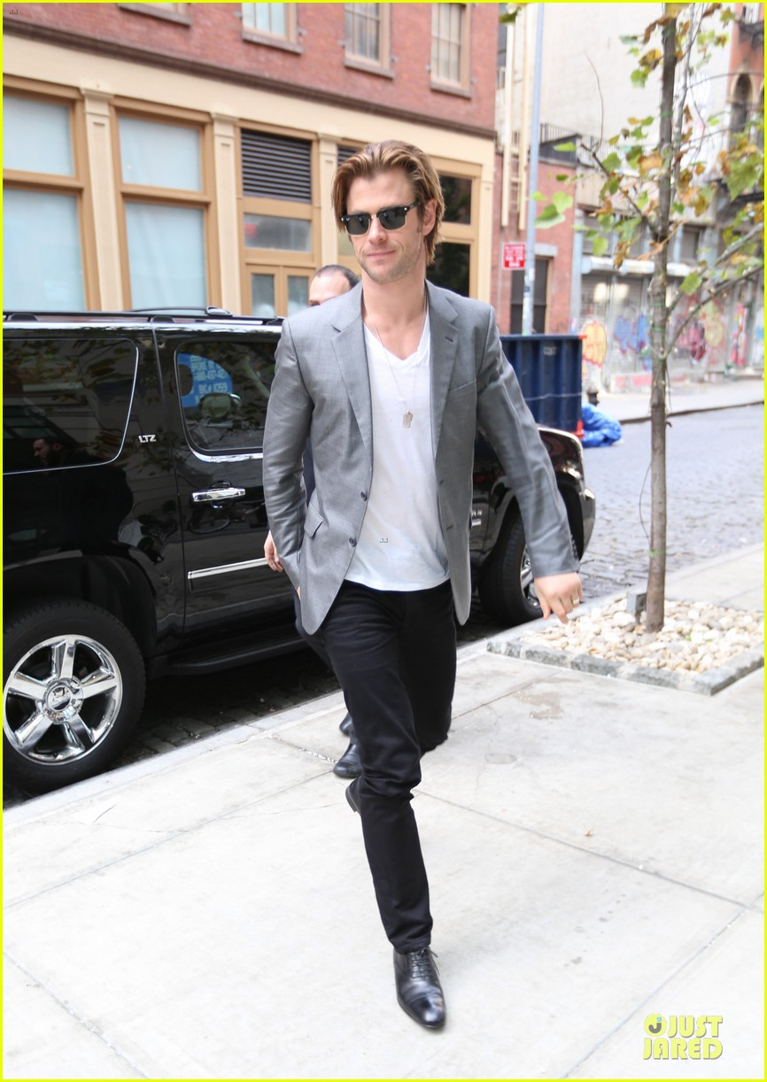 http://cdn01.cdn.justjared.com/wp-content/uploads/2013/11/hemsworth-blazers/chris-hemsworth-different-blazers-for-thor-nyc-promotion-03.jpg