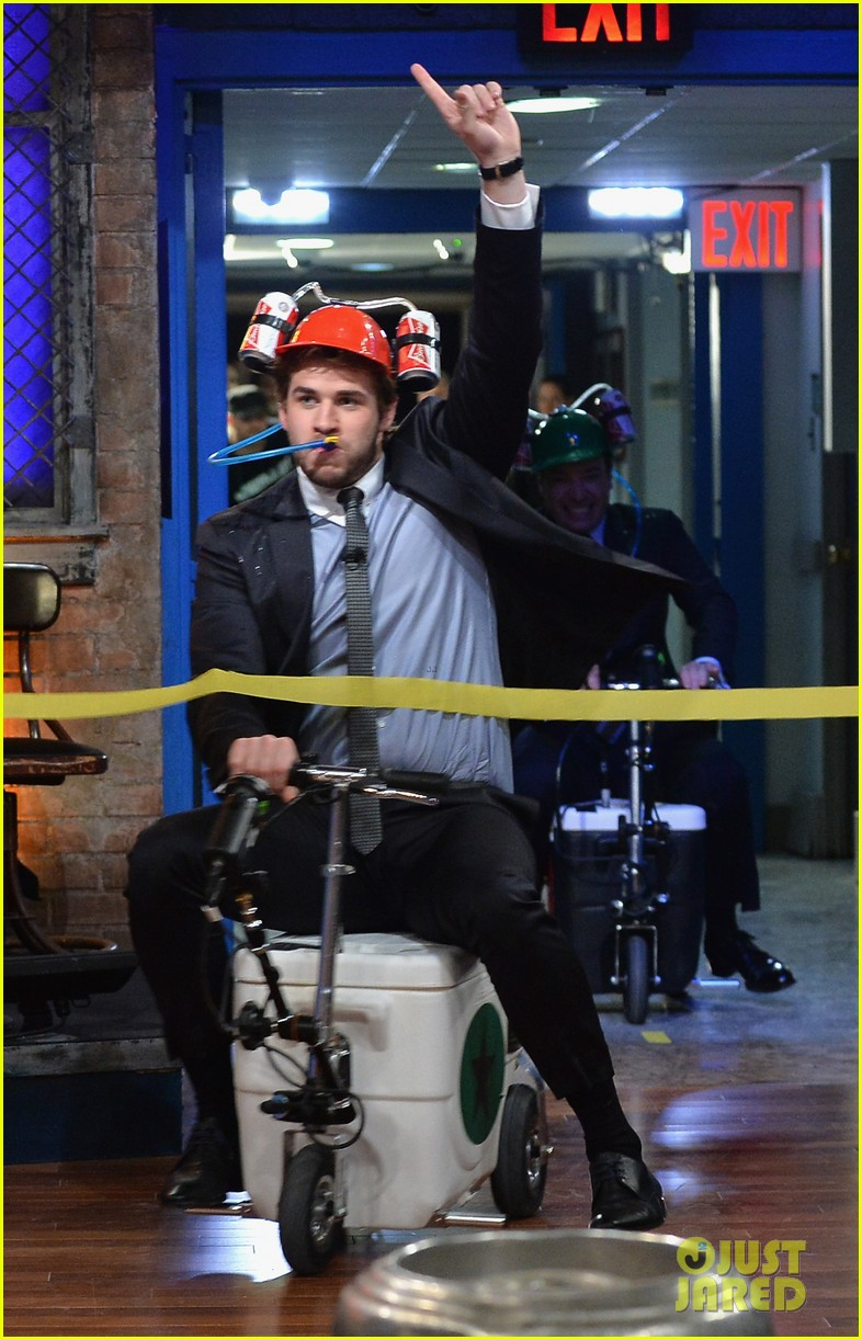 liam hemsworth wins cooler cart race on jimmy fallon 012997708