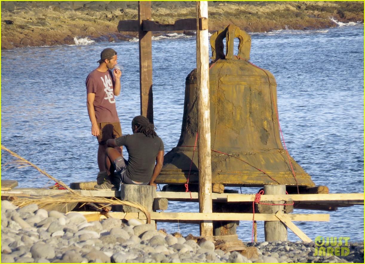 chris hemsworth greets fans on heart of the sea set 142995894