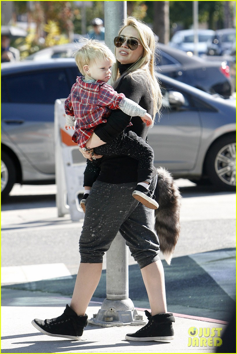 hilary duff mike comrie petting zoo with luca 012999117