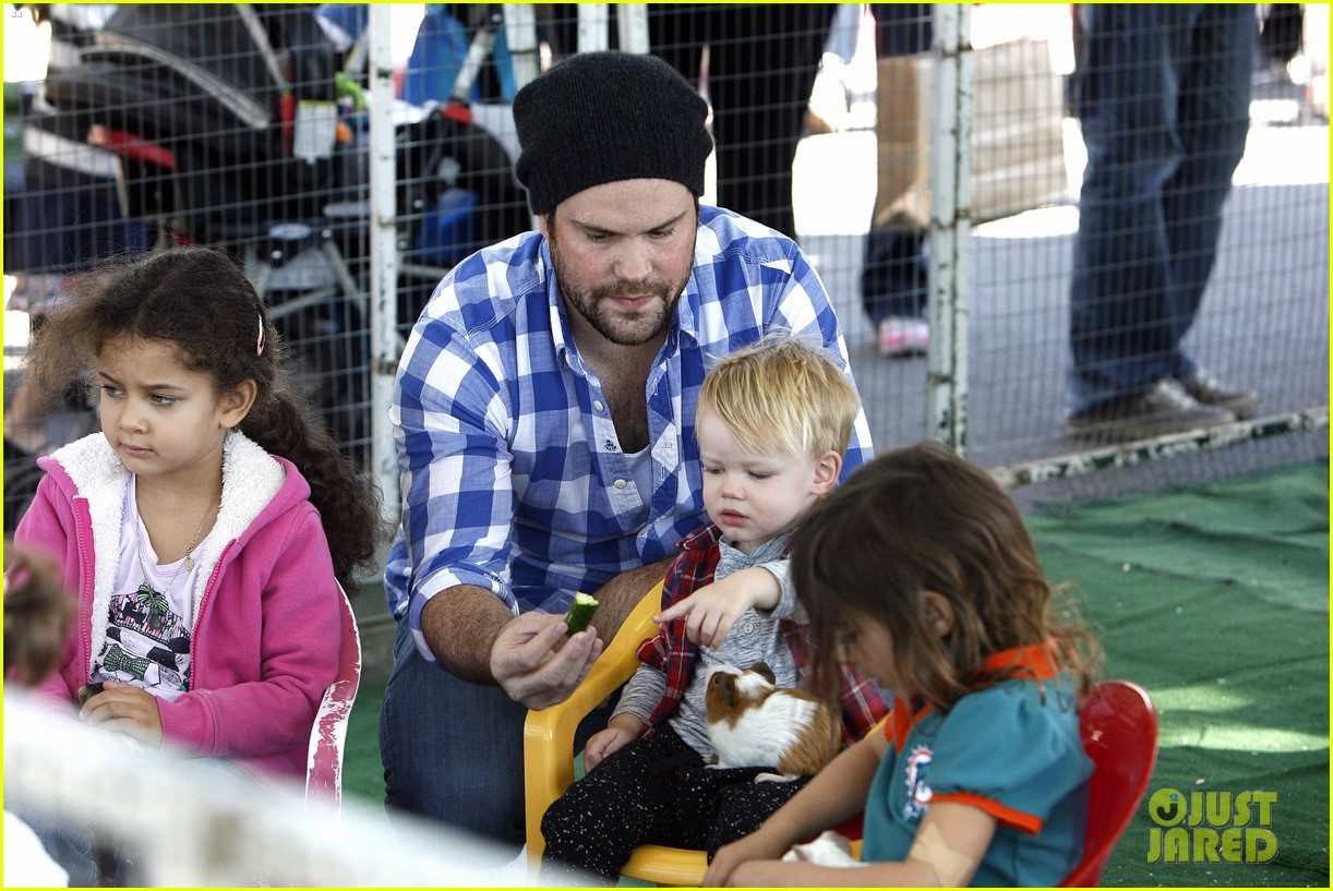 hilary duff mike comrie petting zoo with luca 022999118