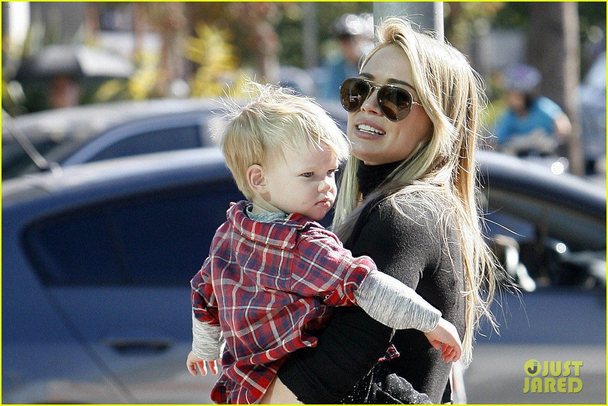 hilary duff mike comrie petting zoo with luca 042999120
