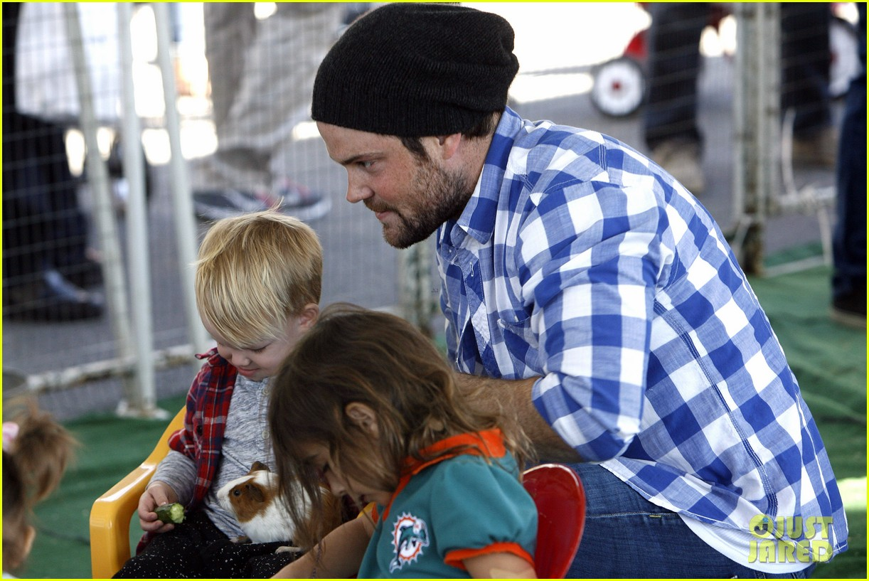 hilary duff mike comrie petting zoo with luca 05