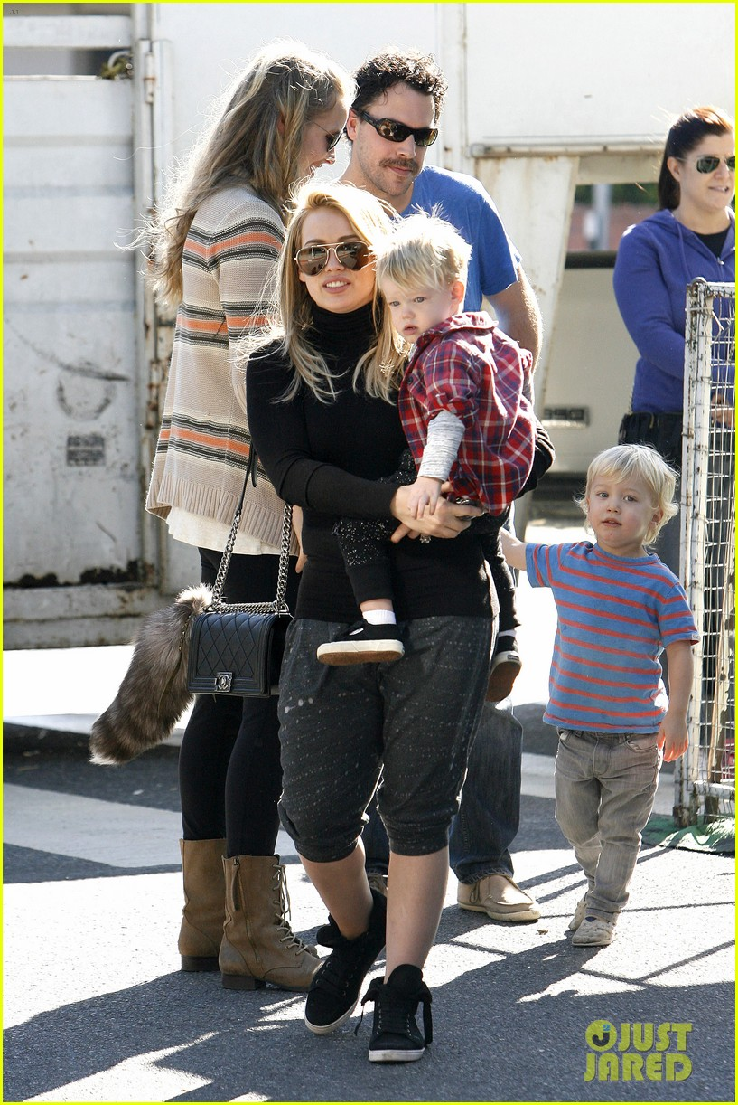 hilary duff mike comrie petting zoo with luca 062999122