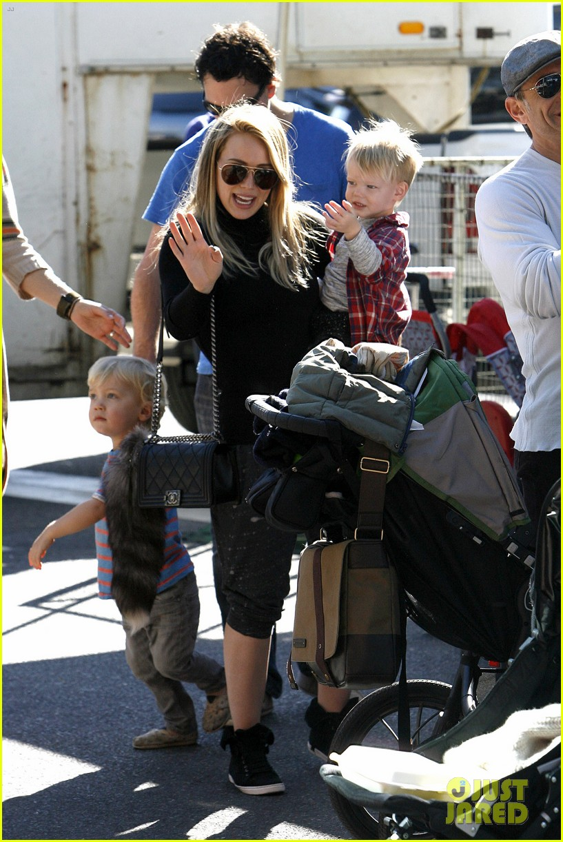 hilary duff mike comrie petting zoo with luca 072999123