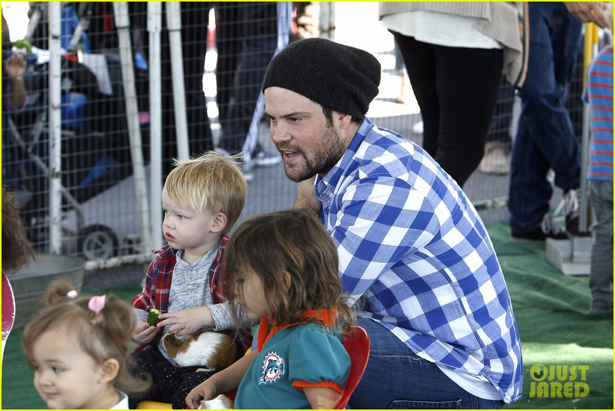 hilary duff mike comrie petting zoo with luca 082999124