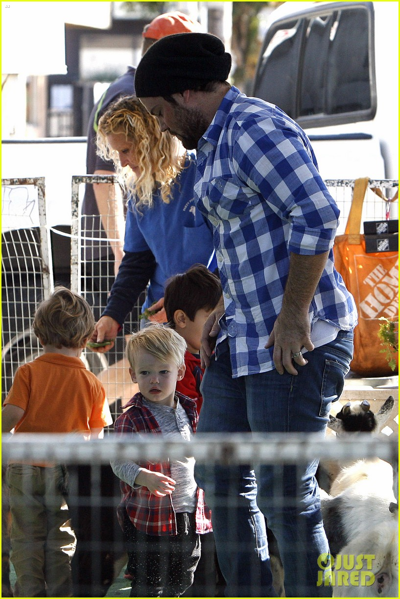 hilary duff mike comrie petting zoo with luca 102999126