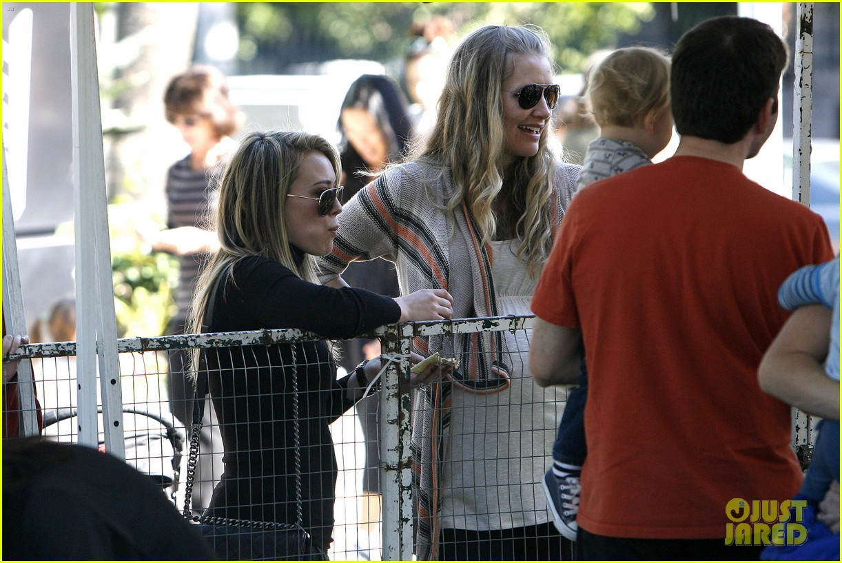 hilary duff mike comrie petting zoo with luca 11