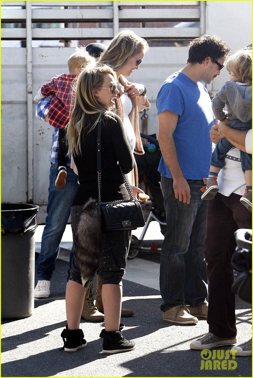 hilary duff mike comrie petting zoo with luca 19