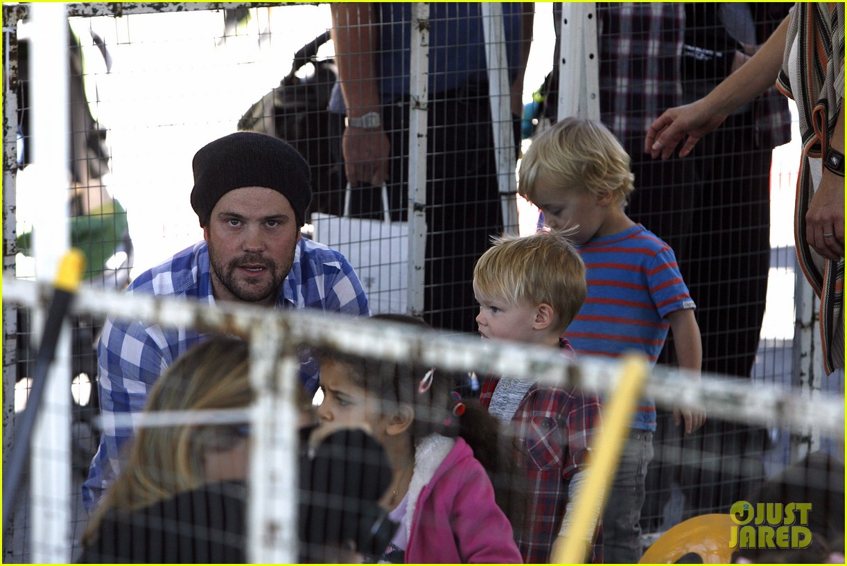 hilary duff mike comrie petting zoo with luca 26