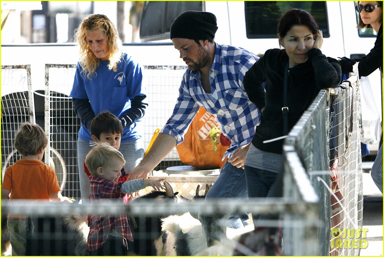 hilary duff mike comrie petting zoo with luca 28