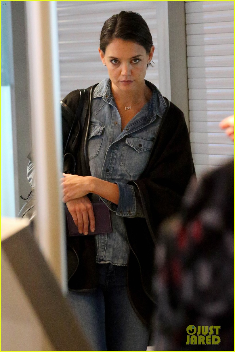 katie holmes heads home from cape town for thanksgiving 023000968