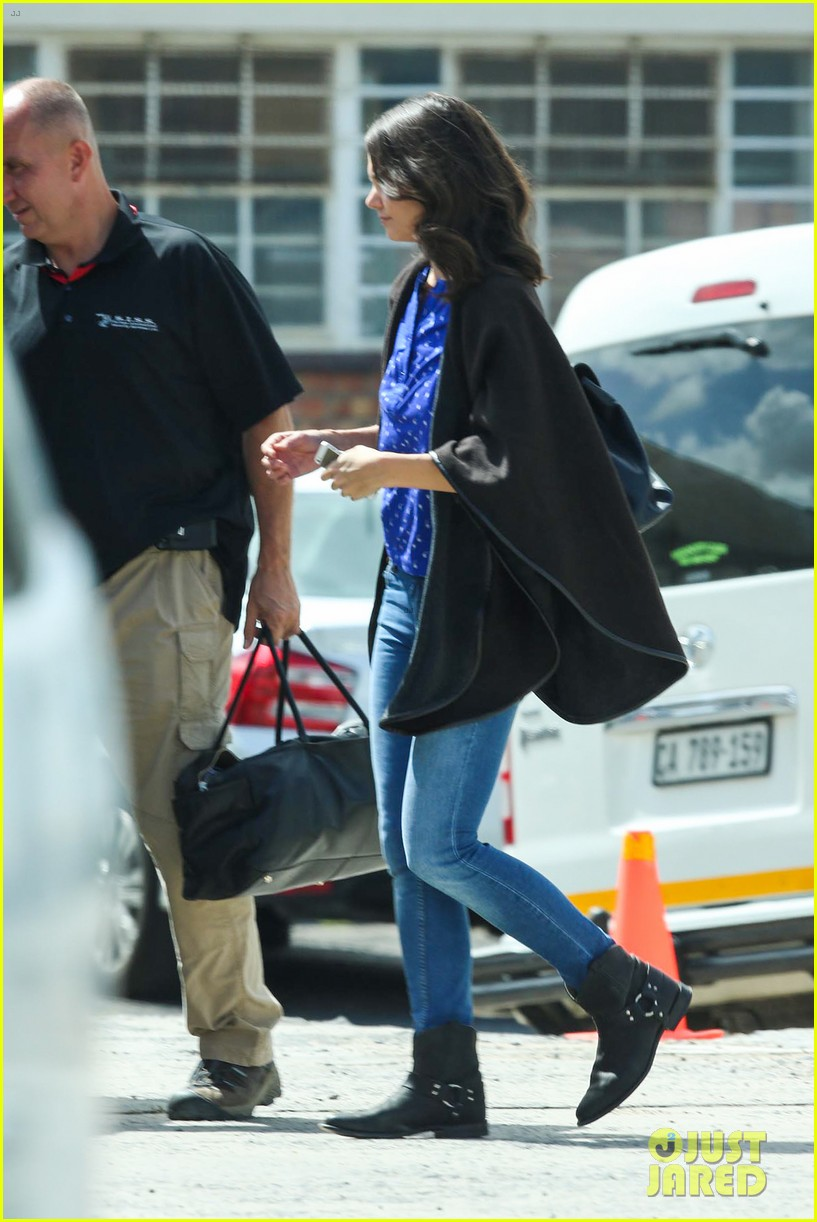 katie holmes heads home from cape town for thanksgiving 103000976