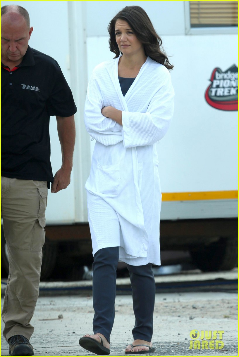 katie holmes leaves giver make up hair trailer looking gorgeous 032997403