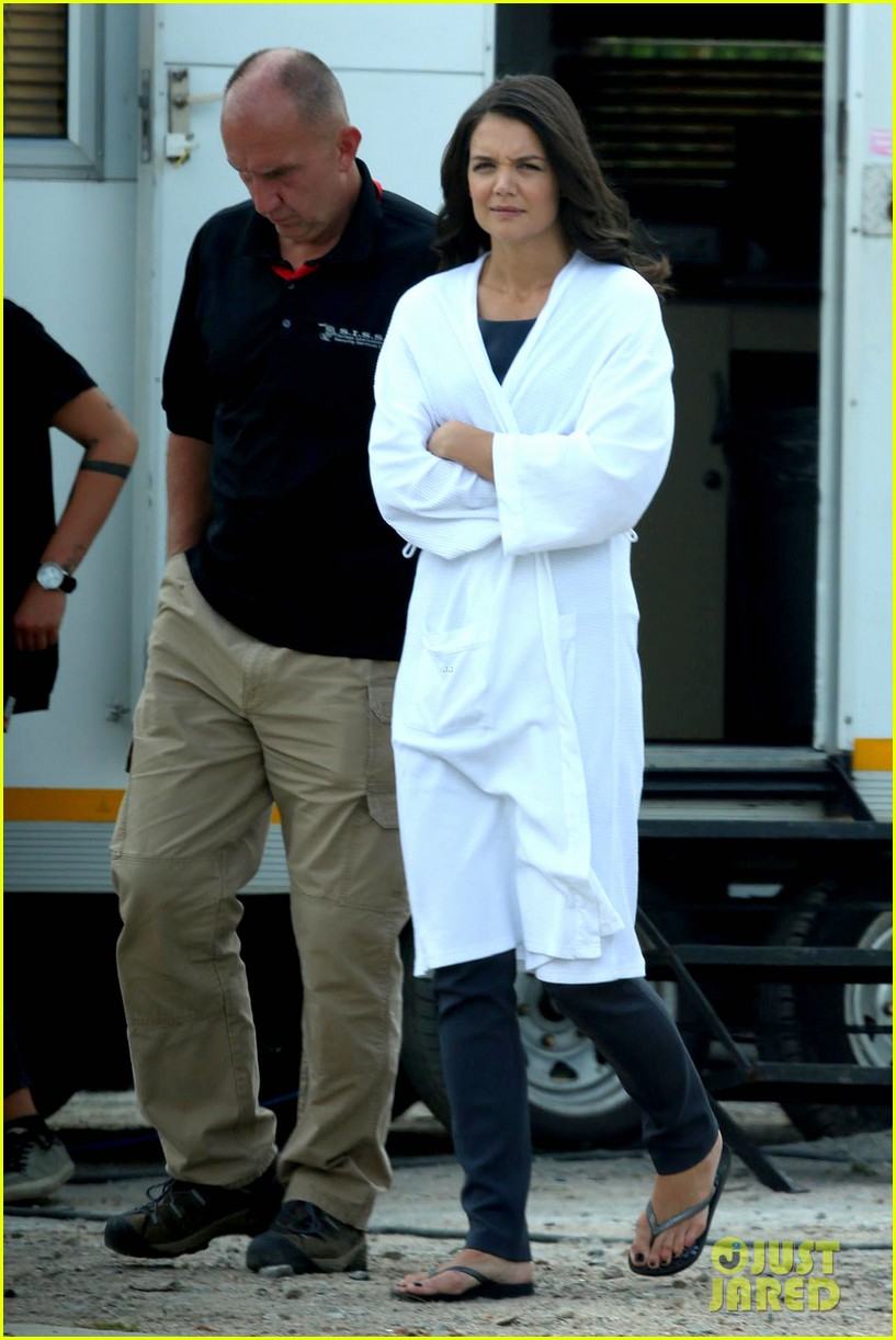 katie holmes leaves giver make up hair trailer looking gorgeous 042997404
