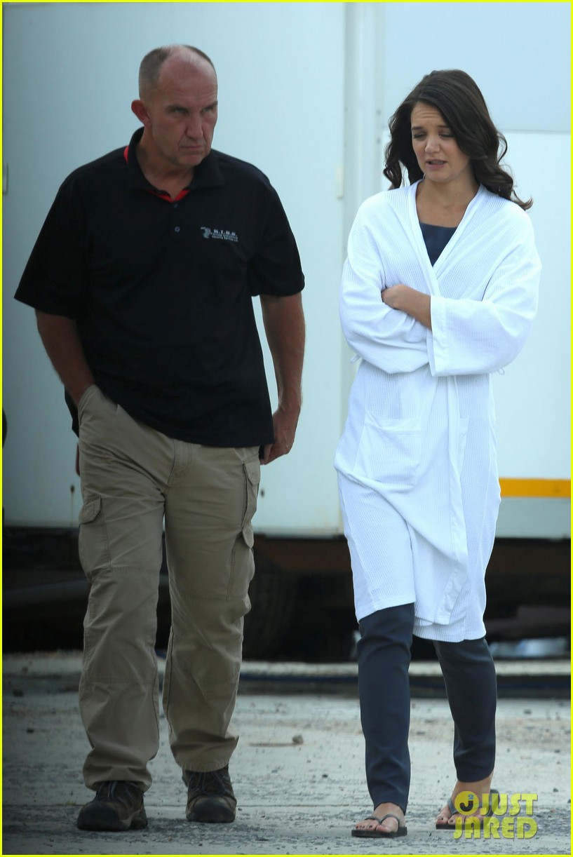 katie holmes leaves giver make up hair trailer looking gorgeous 052997405