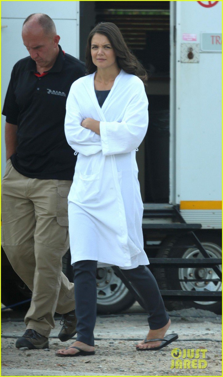 katie holmes leaves giver make up hair trailer looking gorgeous 072997407