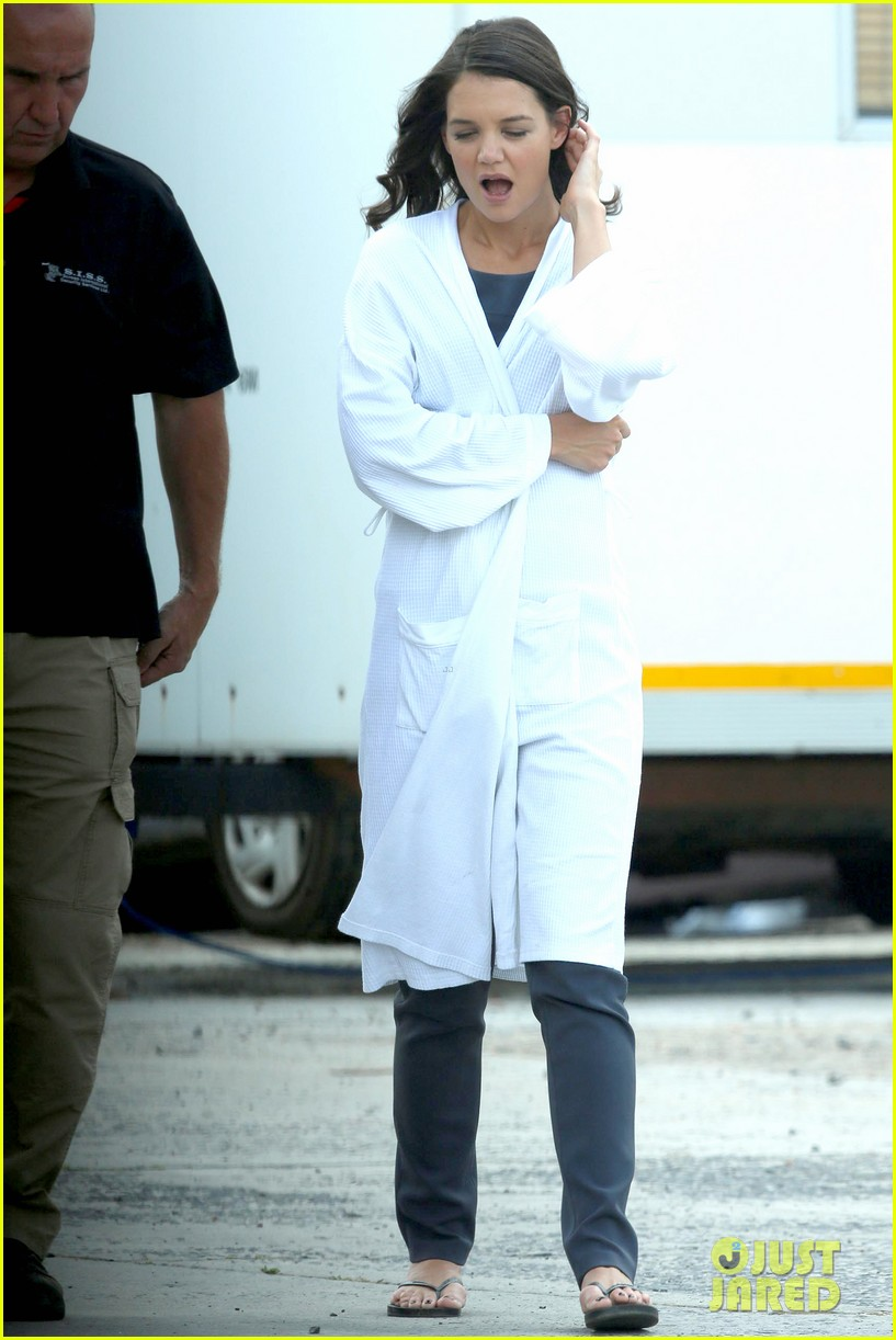 katie holmes leaves giver make up hair trailer looking gorgeous 082997408