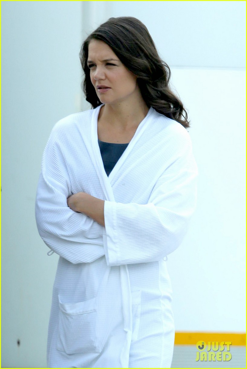 katie holmes leaves giver make up hair trailer looking gorgeous 092997409