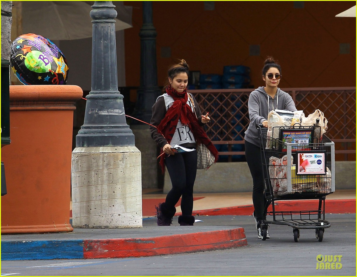vanessa hudgens ralphs birthday shopping with stella 09