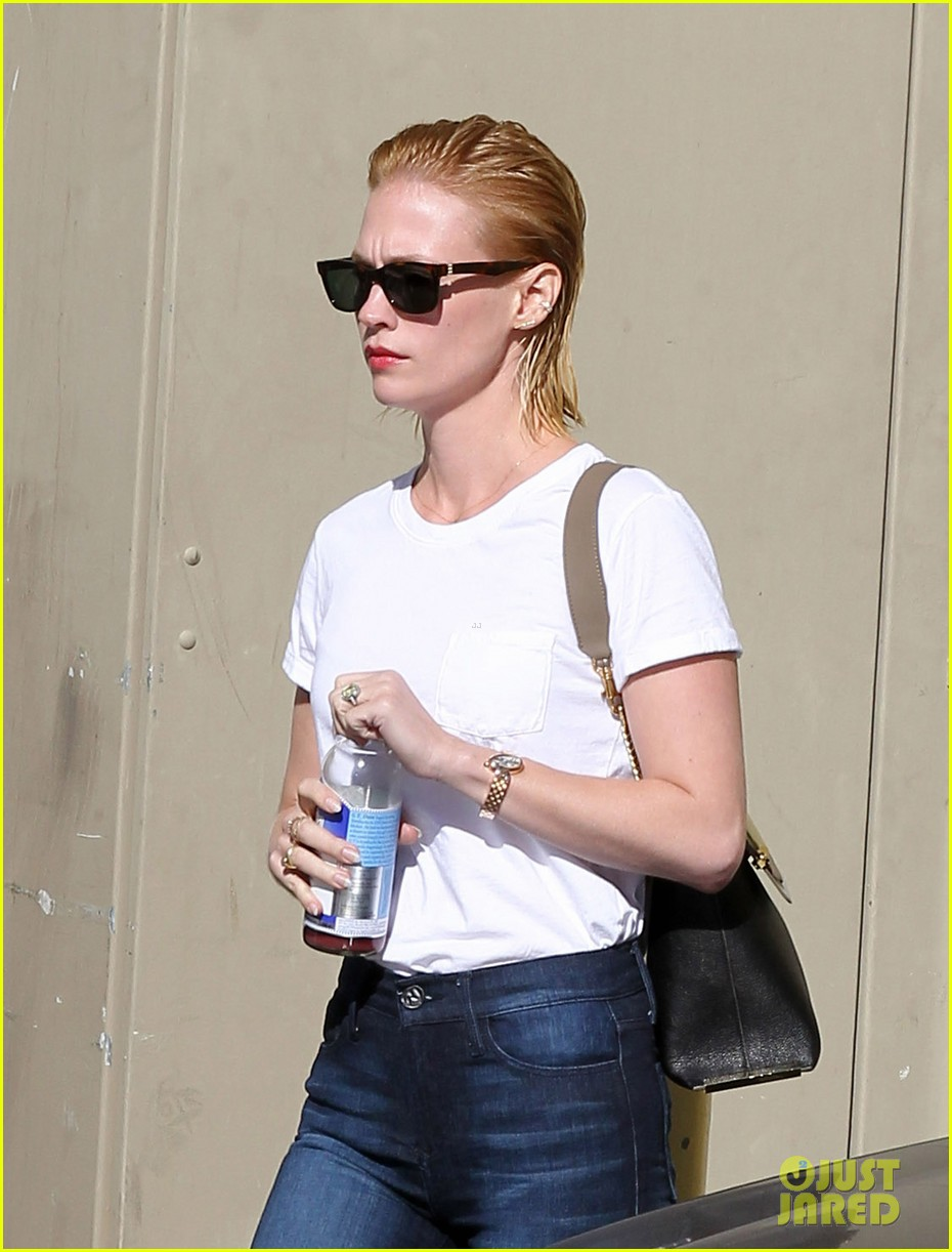 january jones leaves hair salon with wet hair 042993341