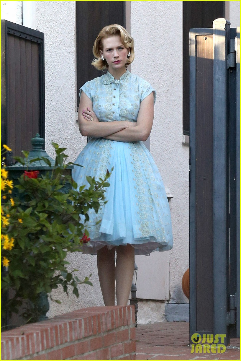 january jones resurrects betty draper for halloween 2013 162984097