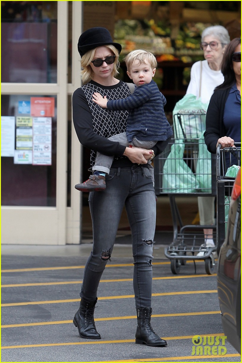 january jones goes food shopping with joyful son xander 052994502