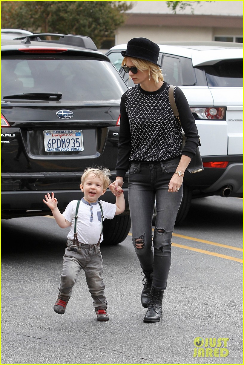 january jones goes food shopping with joyful son xander 062994503