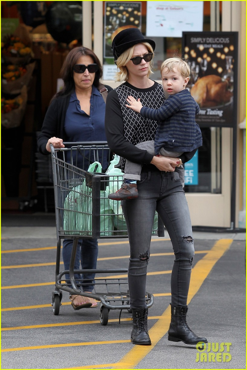 january jones goes food shopping with joyful son xander 08