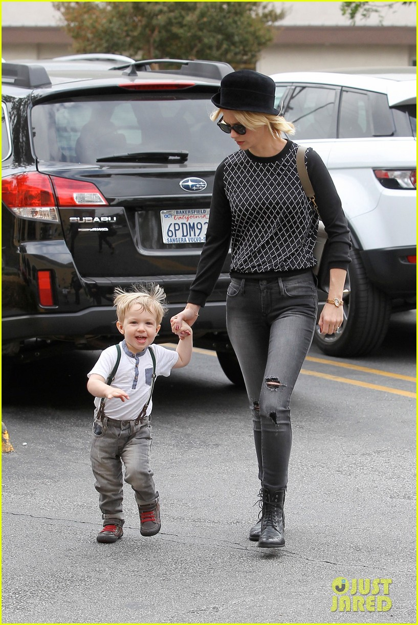 january jones goes food shopping with joyful son xander 092994506
