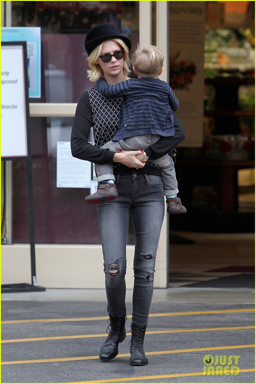 january jones goes food shopping with joyful son xander 152994512