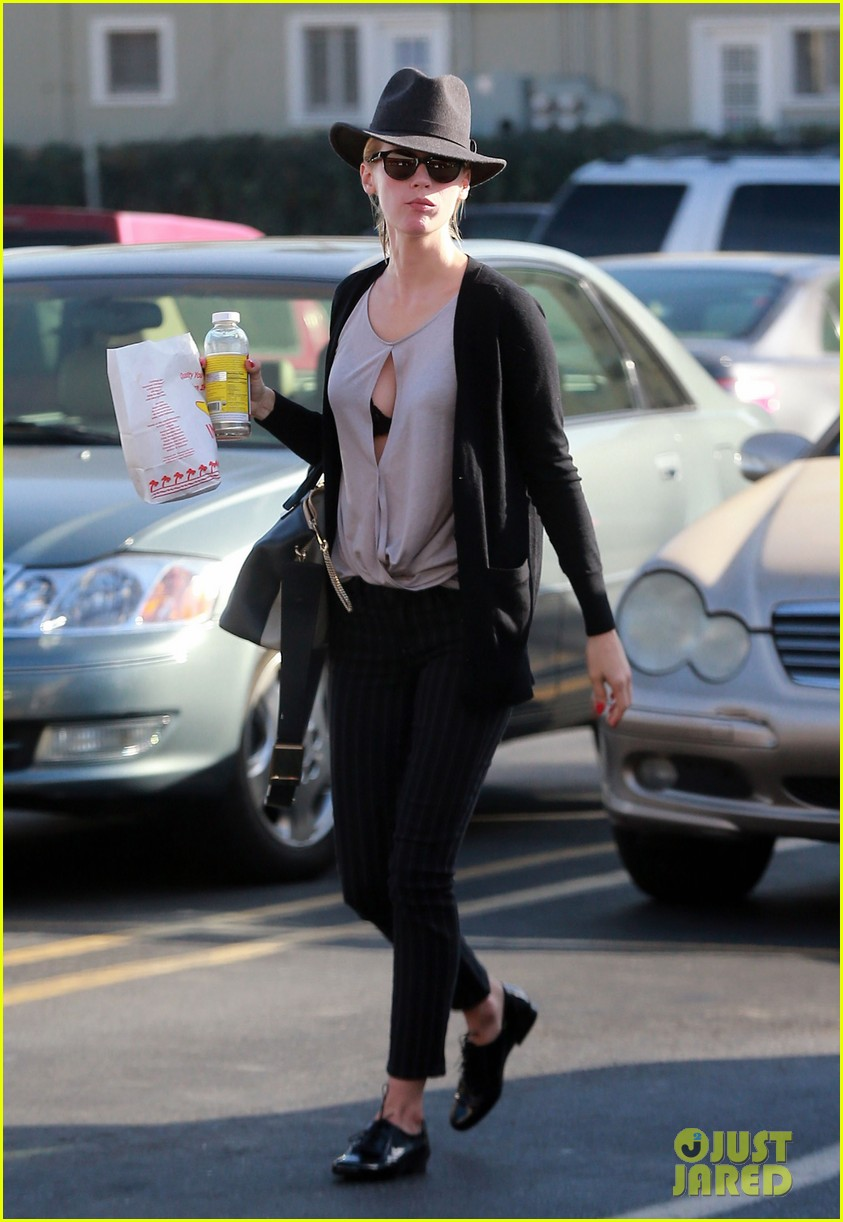 january jones almost has wardrobe malfunction 062988400