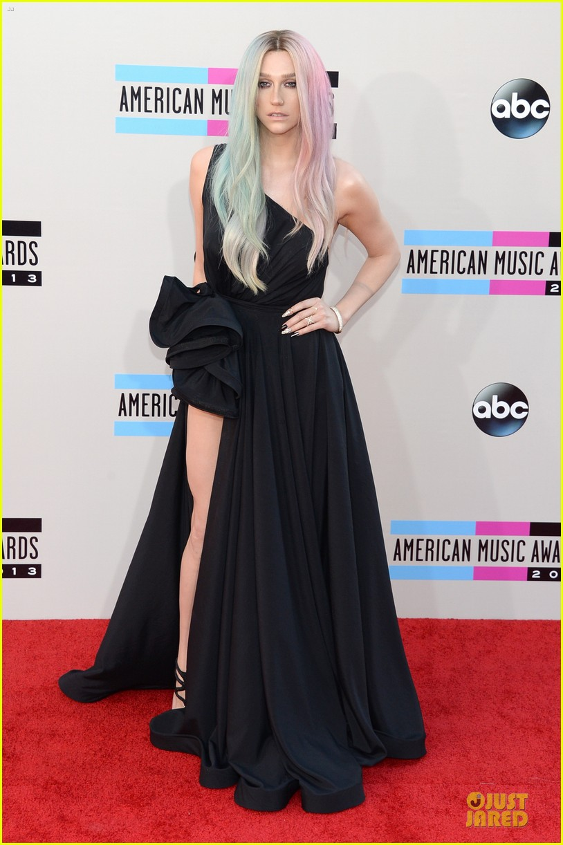 kesha-amas-2013-red-carpet-05.jpg