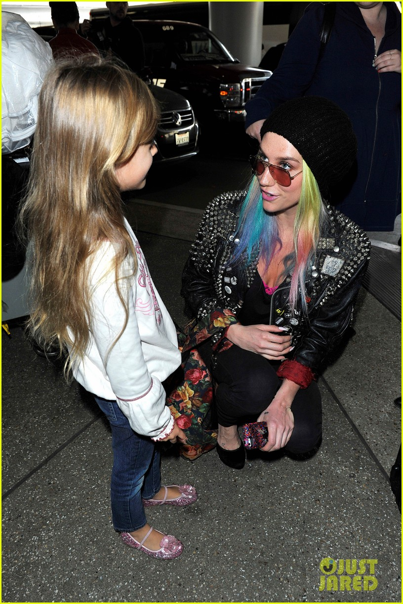 kesha returns home after amfar india trip 08