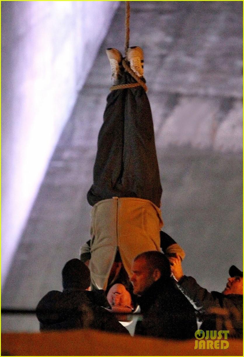 nicole kidman films with hanging man for paddington bear 152985986