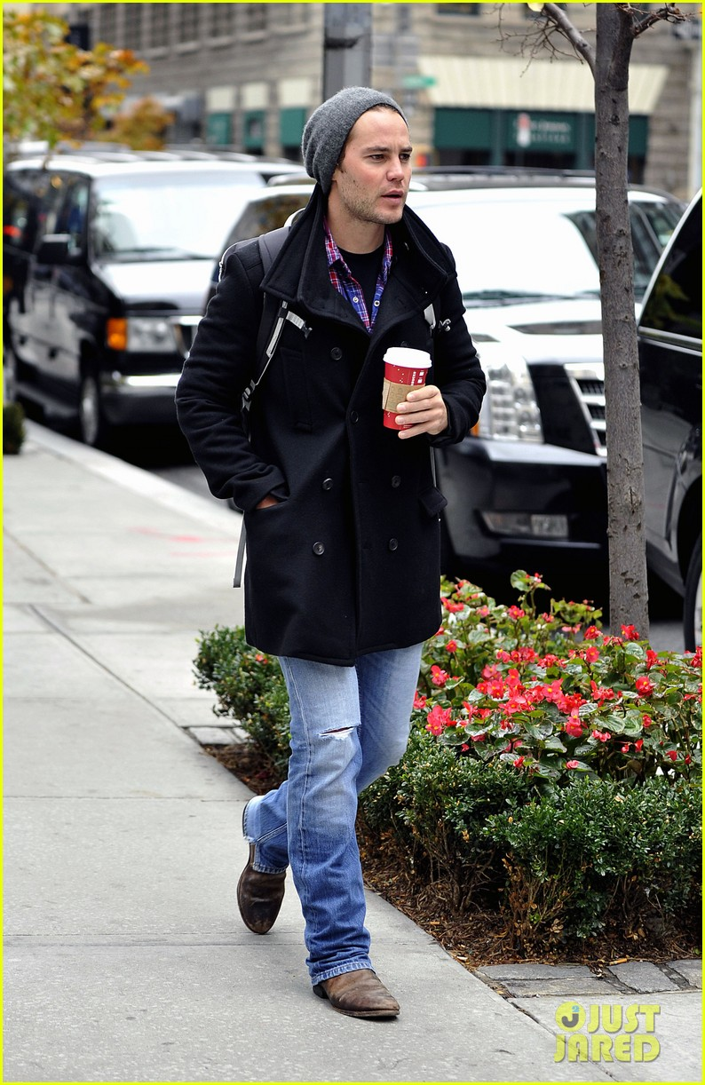 taylor kitsch bundles up after big apples first snow 012992562