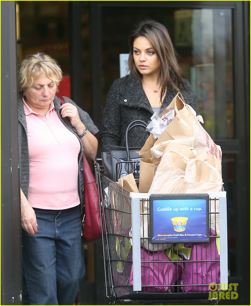 mila kunis shops amidst ashton kutchers walmart feud 04