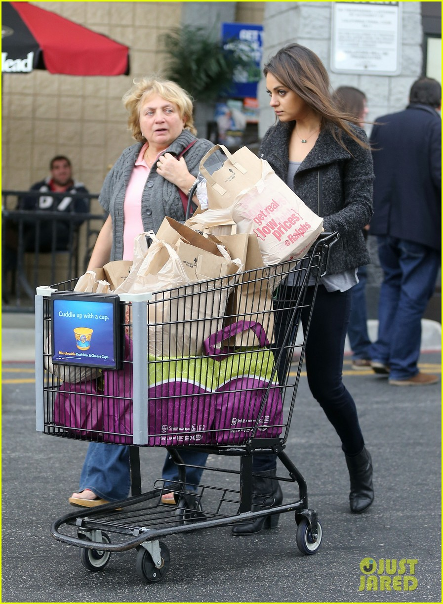 mila kunis shops amidst ashton kutchers walmart feud 21