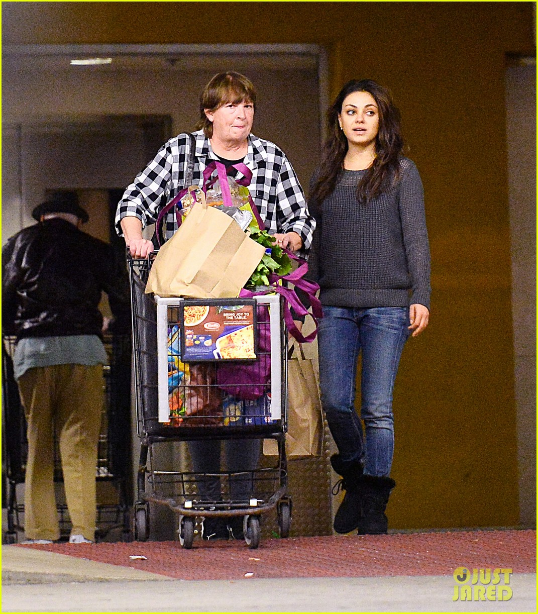 mila kunis goes thanksgiving shopping with ashton kutchers mom 013001438