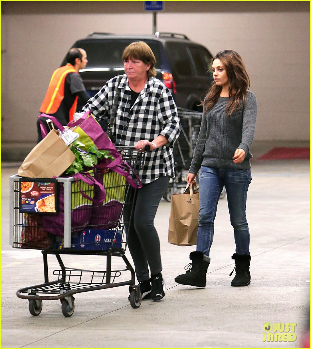 mila kunis goes thanksgiving shopping with ashton kutchers mom 033001440
