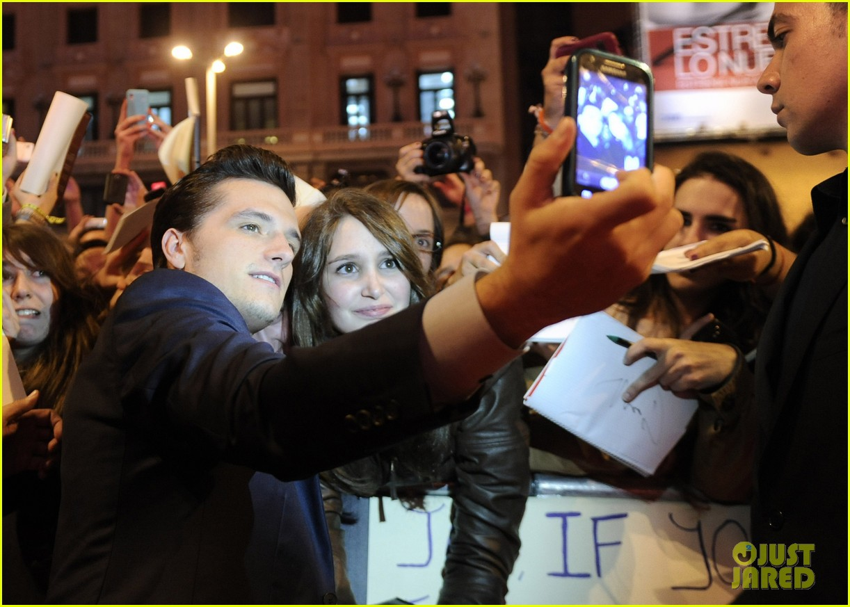 jennifer lawrence josh hutcherson catching fire madrid premiere 08