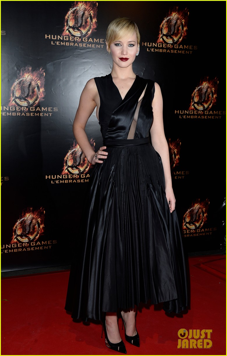 jennifer lawrence liam hemsworth catching fire paris premiere 012993481
