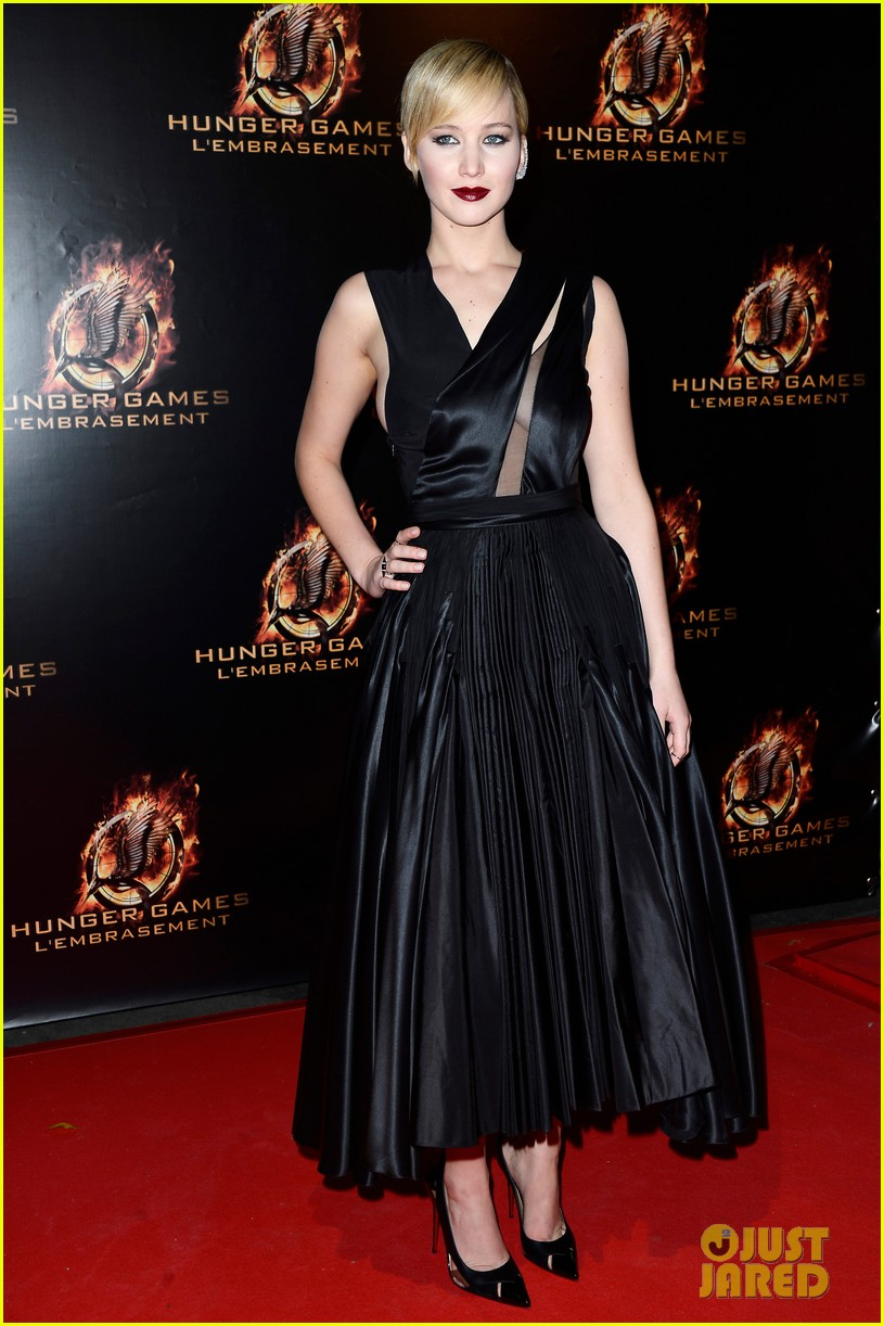 jennifer lawrence liam hemsworth catching fire paris premiere 072993487