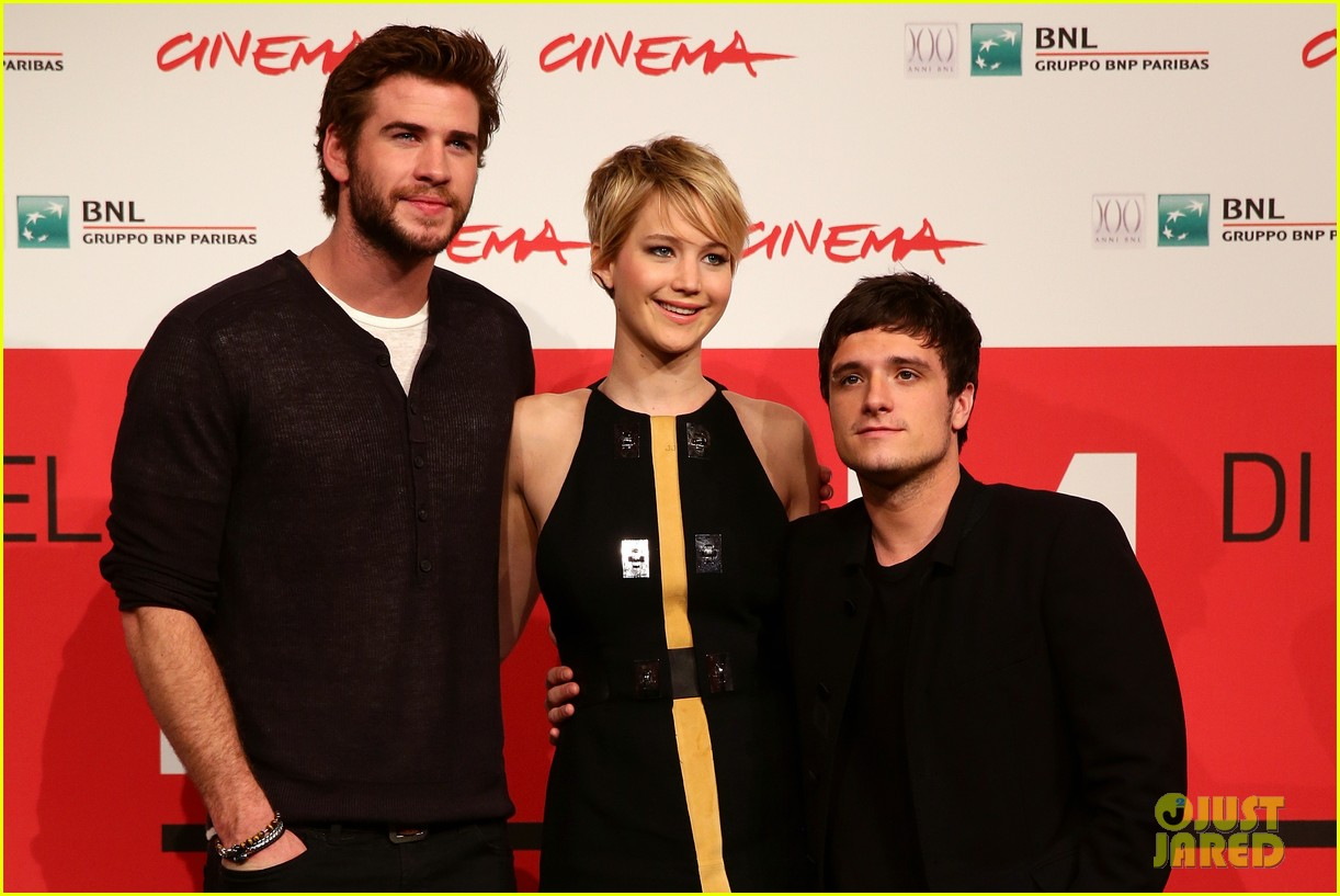 jennifer lawrence liam hemsworth catching fire rome photo call 092992605