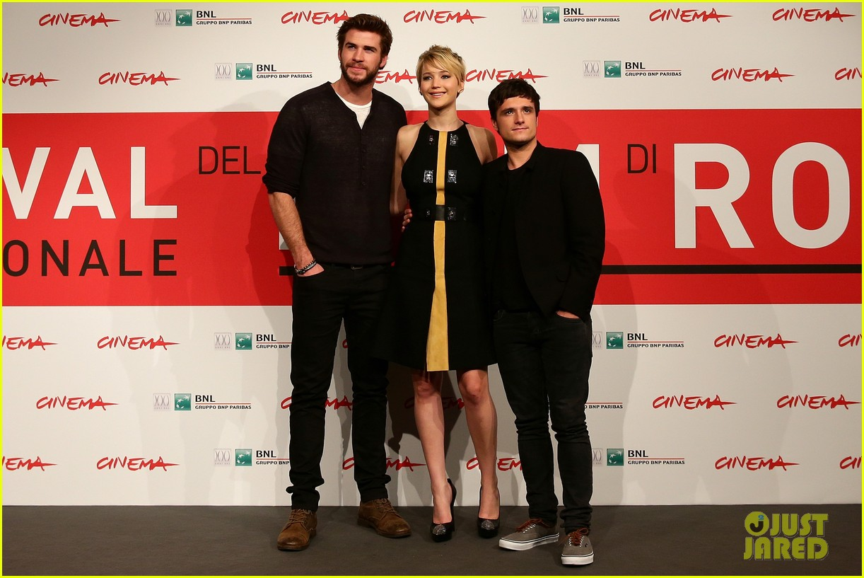 jennifer lawrence liam hemsworth catching fire rome photo call 102992606