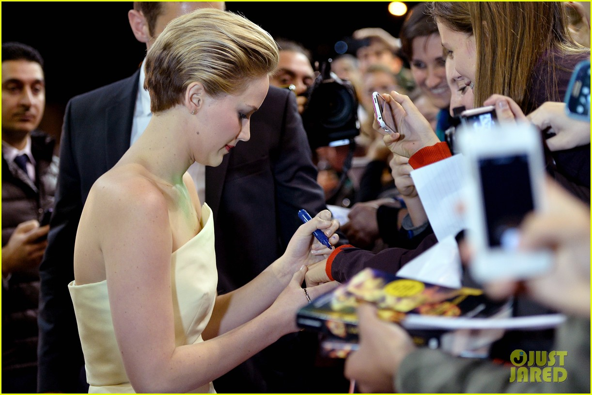 jennifer lawrence josh hutcherson catching fire rome premiere 102992727