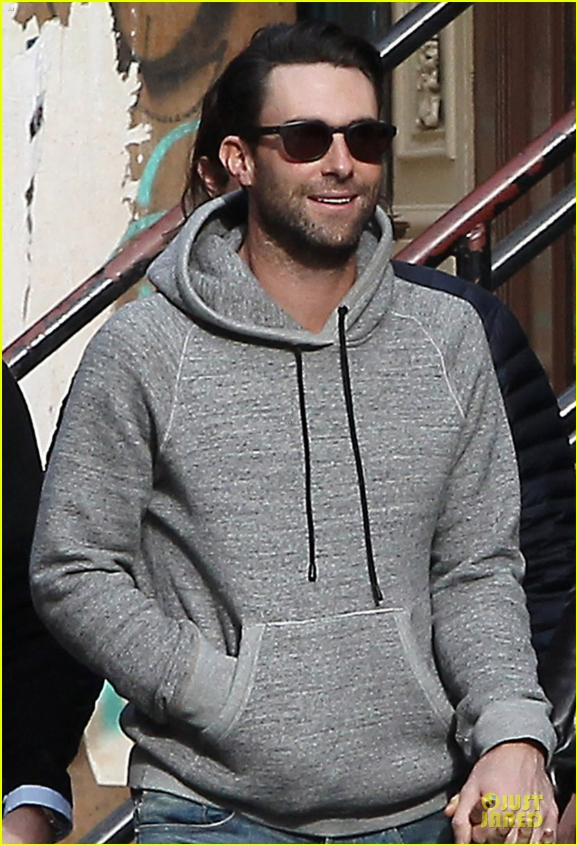 adam levine behati prinsloo hold hands for apartment hunting 022993655