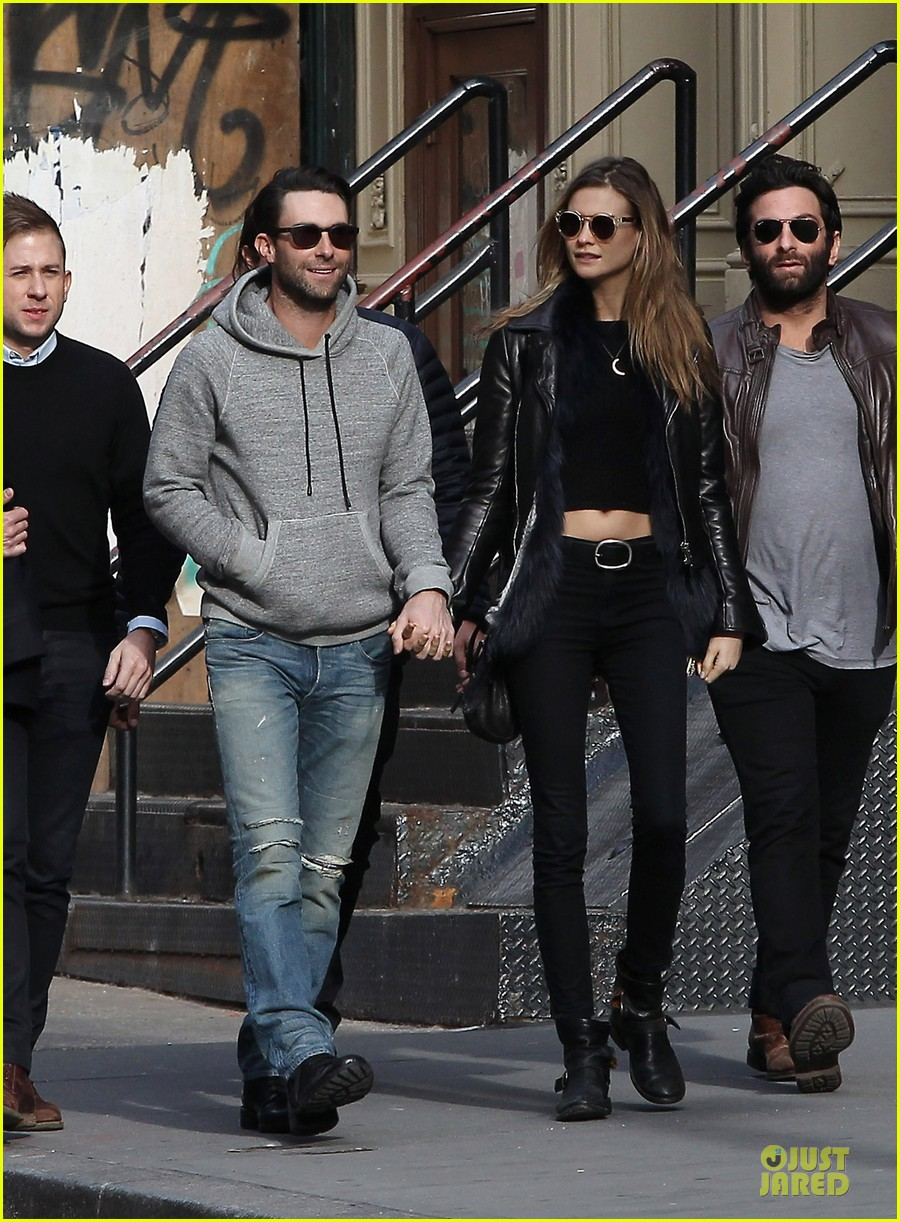 adam levine behati prinsloo hold hands for apartment hunting 032993656