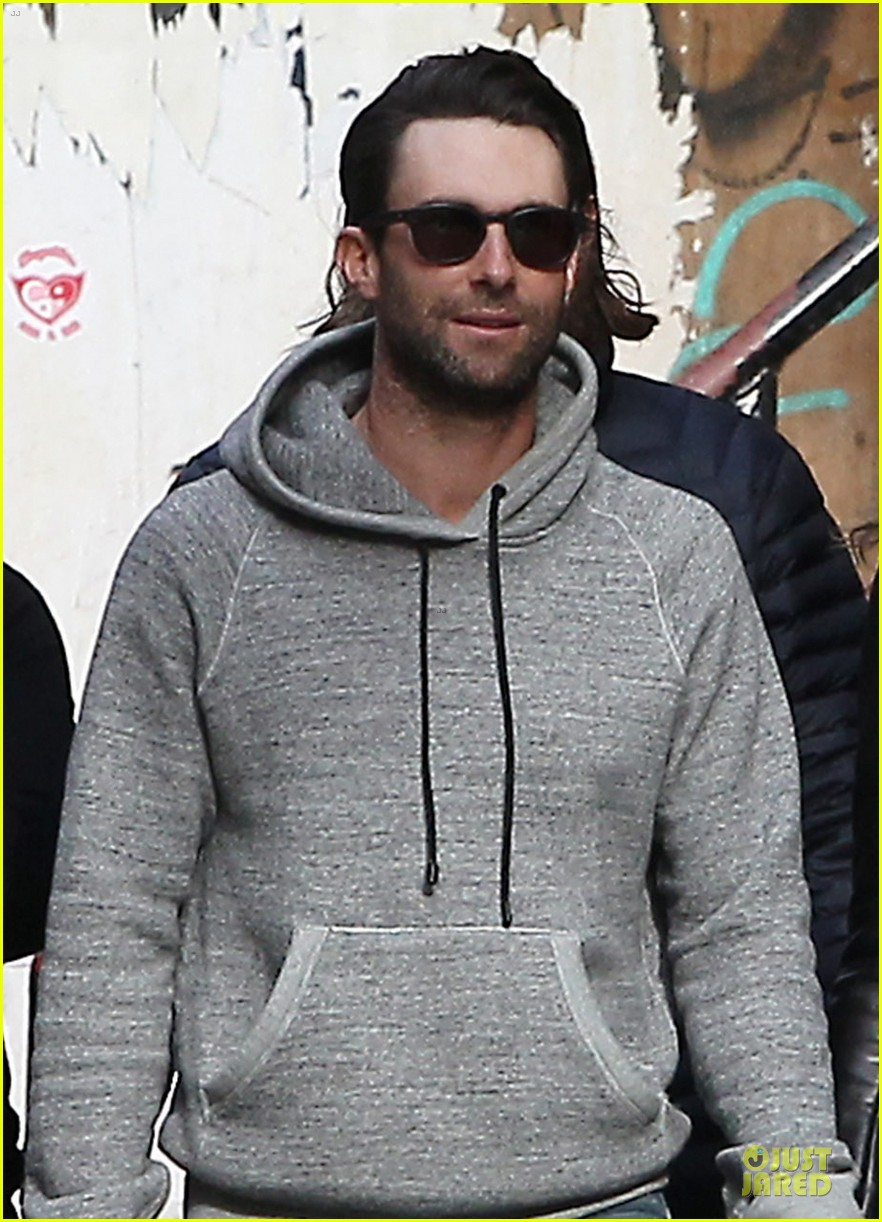 adam levine behati prinsloo hold hands for apartment hunting 042993657